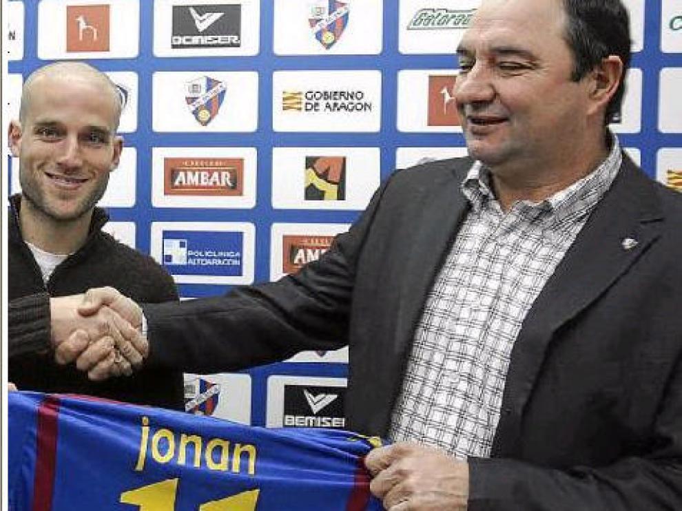 Jonan García estrecha la mano del presidente Borraz