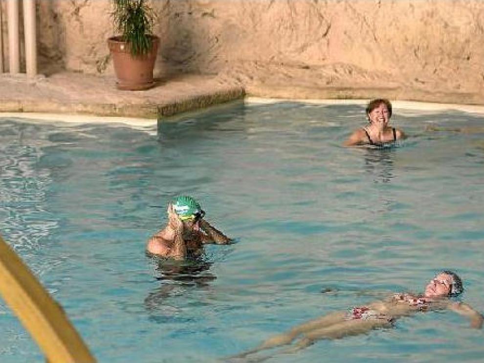 Clientes tomando un baño en el balneario de Sicilia, en la localidad zaragozana de Jaraba.