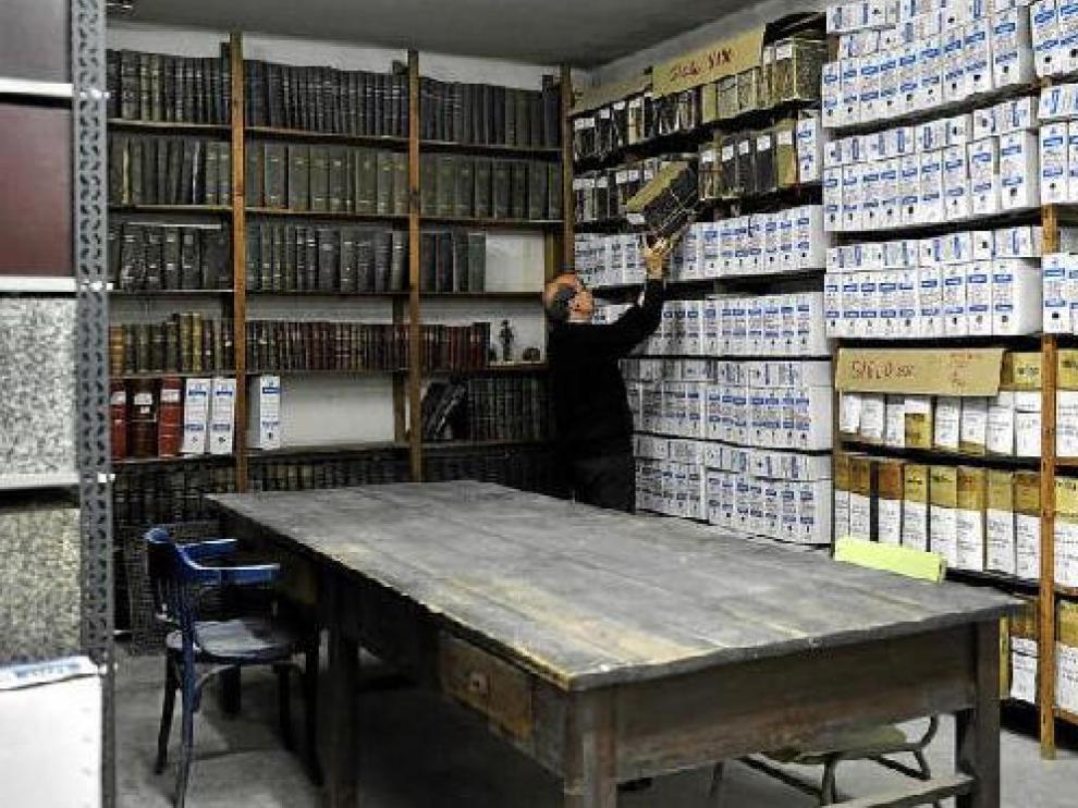 El director del instituto Goya, José Antonio Ruiz, coloca una de las cajas del archivo de expedientes que hay en el centro educativo.