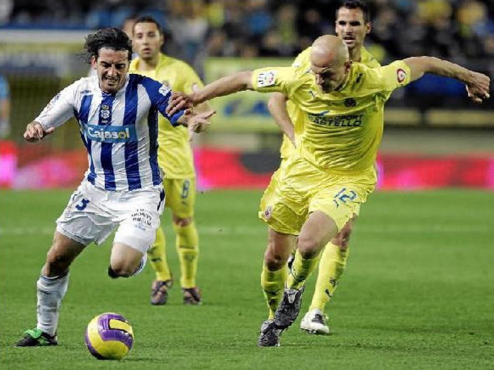 Javi Guerrero pugna un balón con el defensa del Villarreal.