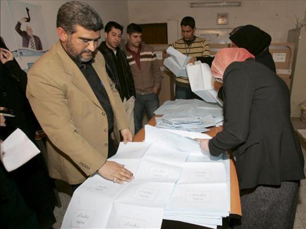 Miembros de un comité electoral proceden al recuento de votos.