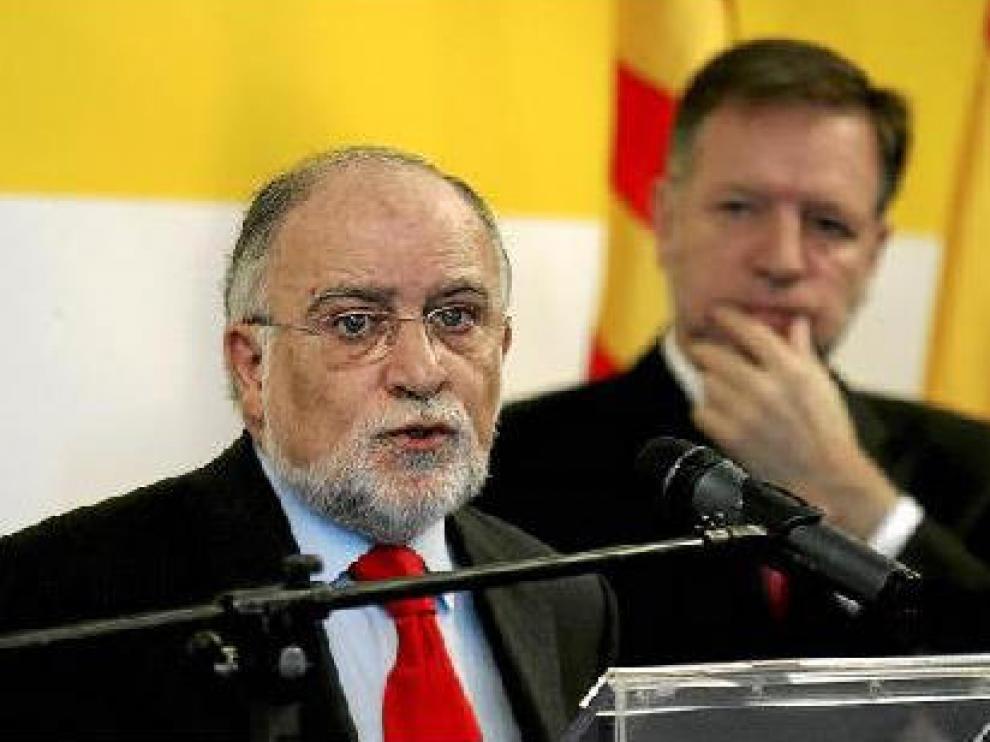 Víctor Morlán, durante su intervención ayer en Huesca, junto a Marcelino Iglesias.
