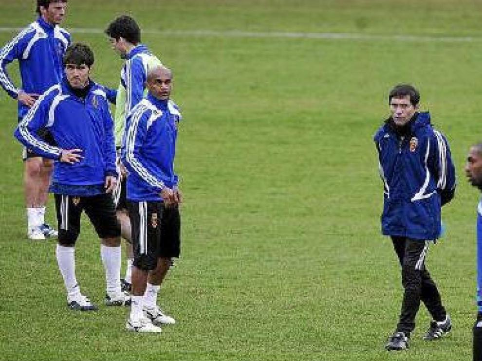Marcelino, rodeado de algunos de sus jugadores, durante el entrenamiento de ayer.