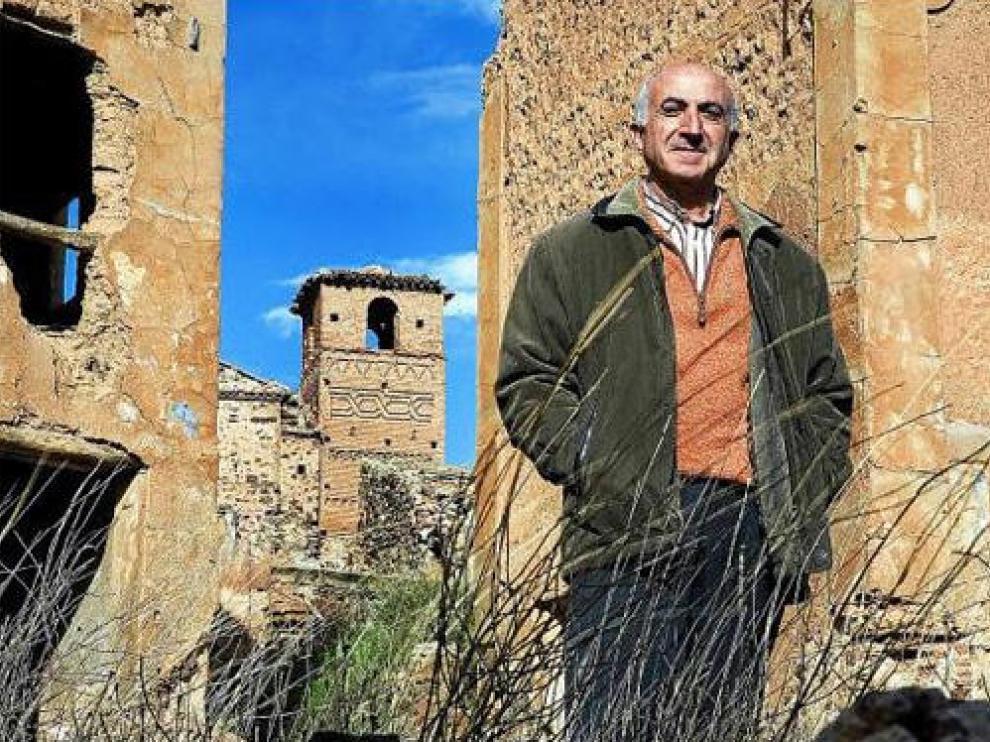 Santiago Gimeno, delante de la torre mudéjar de la iglesia de Villanueva de Jalón (Zaragoza)