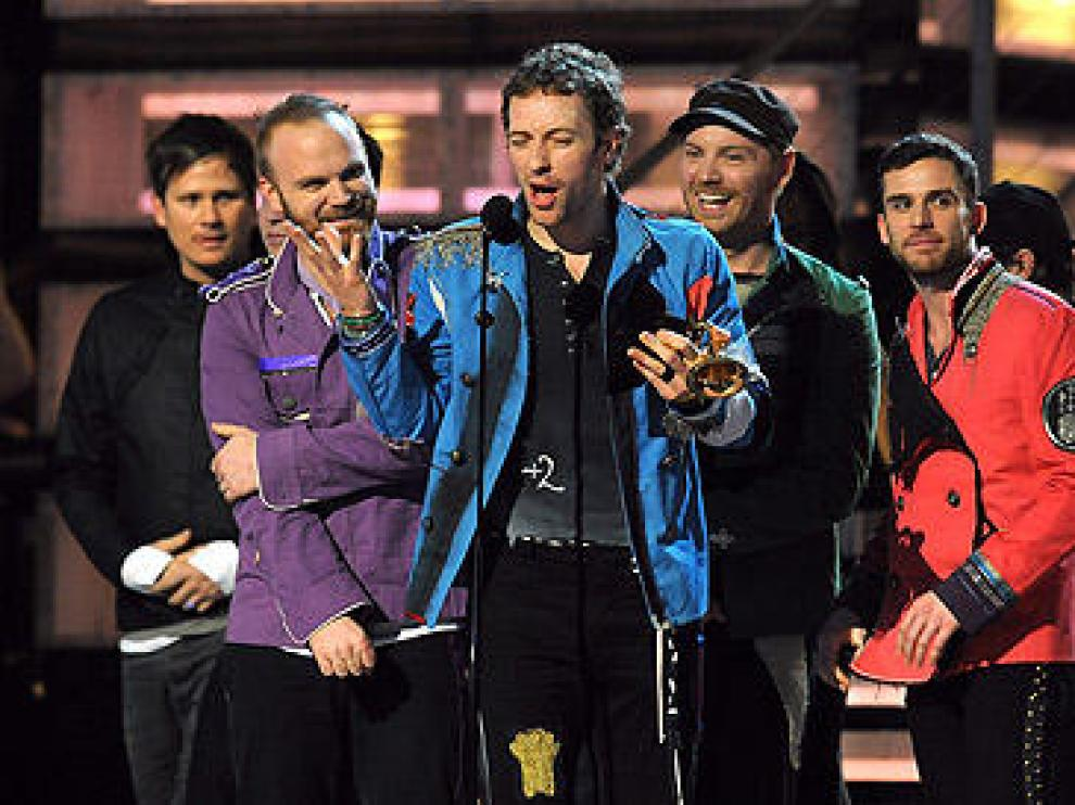 El grupo Coldplay 'copió' la vistosa indumentaria de los Beatles