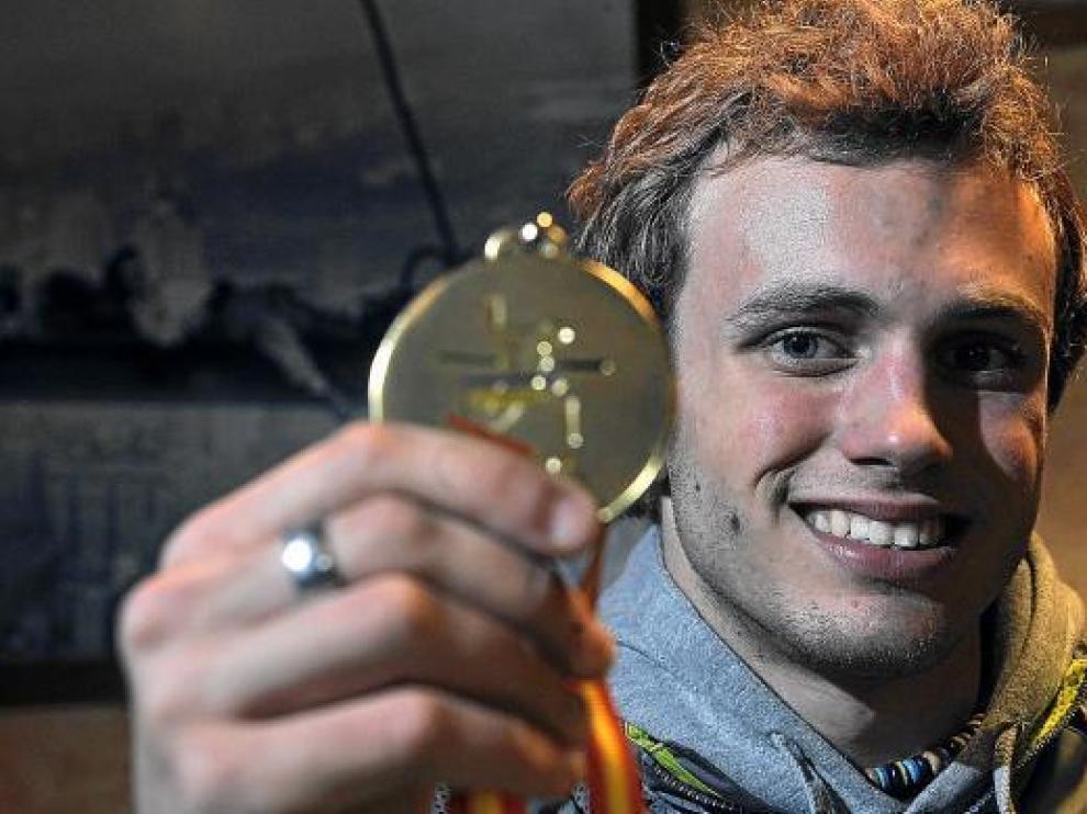 Alberto Gavaldá muestra la medalla de oro conseguida en el Campeonato de España.