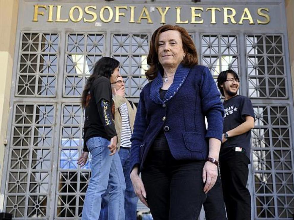 Aurora Egido ante la puerta de la Facultad de Filosofía de Zaragoza