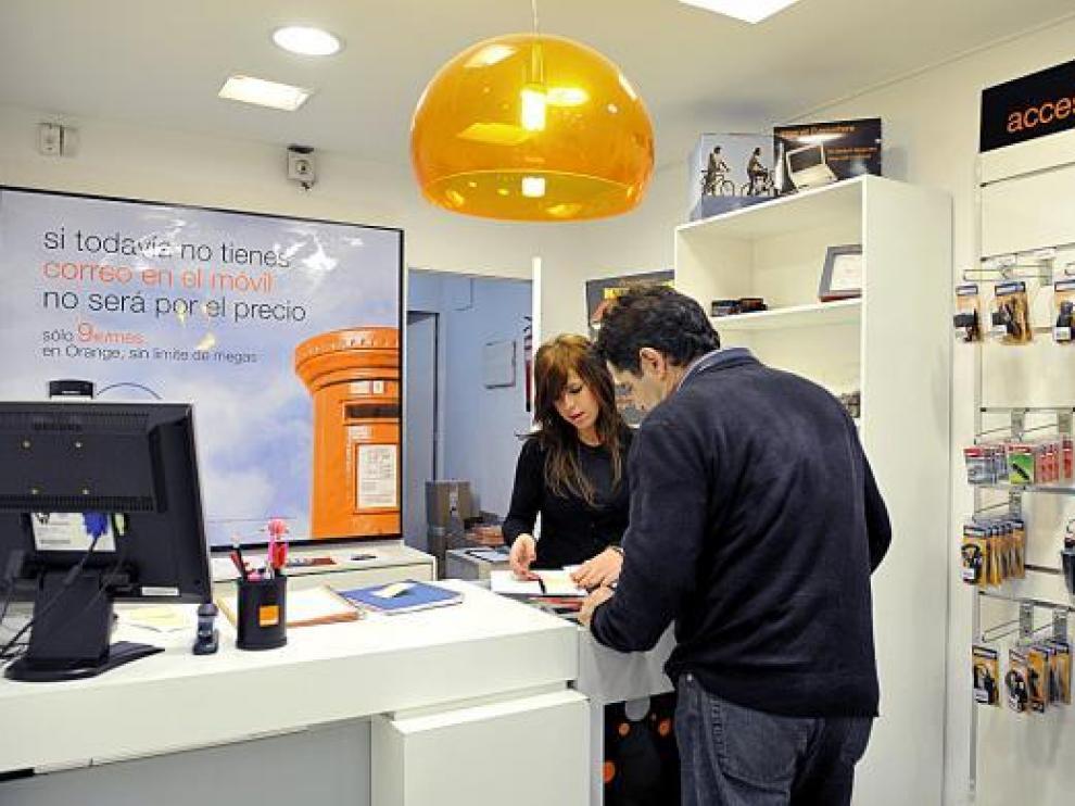 Oceanía Sopeña atiende a un cliente en la tienda de Orange en General Sueiro.