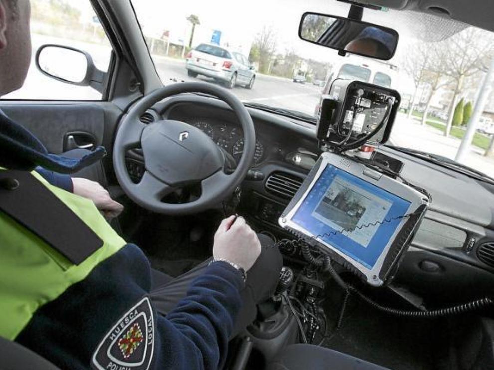 Foto de archivo de un policía controlando el exceso de velocidad desde un coche camuflado.