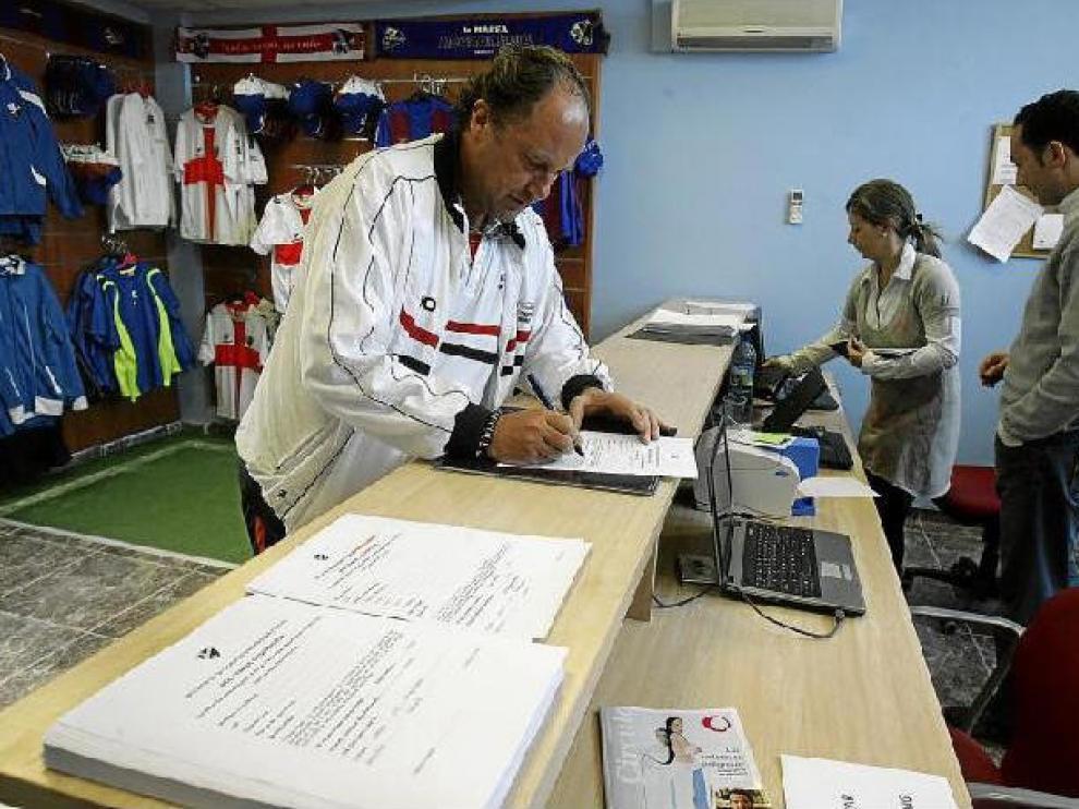 Toño Villacampa, delegado del equipo, en el momento de suscribir la primera acción del Huesca, ayer por la mañana en la sede del club.
