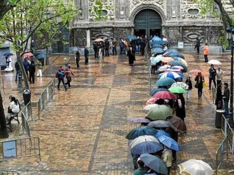 A pesar de la lluvia, cientos de ciudadanos acudieron a ver los Pasos del Santo Entierro