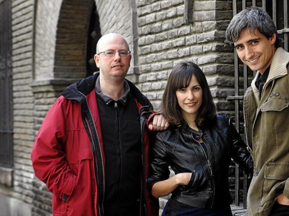 Paula Ortiz, flanqueada por sus compañeros en la productora Amapola Films: Raúl García (izquierda) y Kike Mora.
