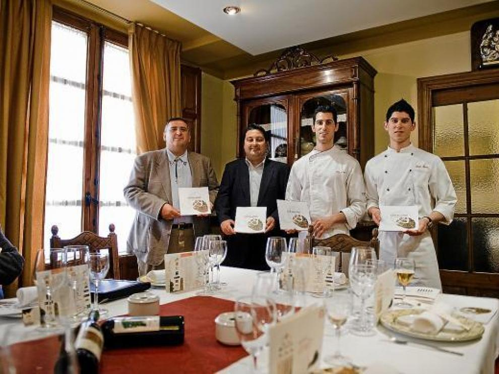Rafa Gimena, Ferràn Perdrix, Luis Carcas y Javier Carcas, ayer, en el restaurante Casa Pedro.