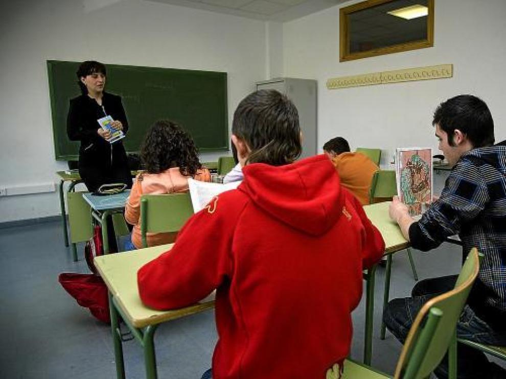 Micaela Luca, en una de las clases de rumano esta semana en el IES Emilio Jimeno.