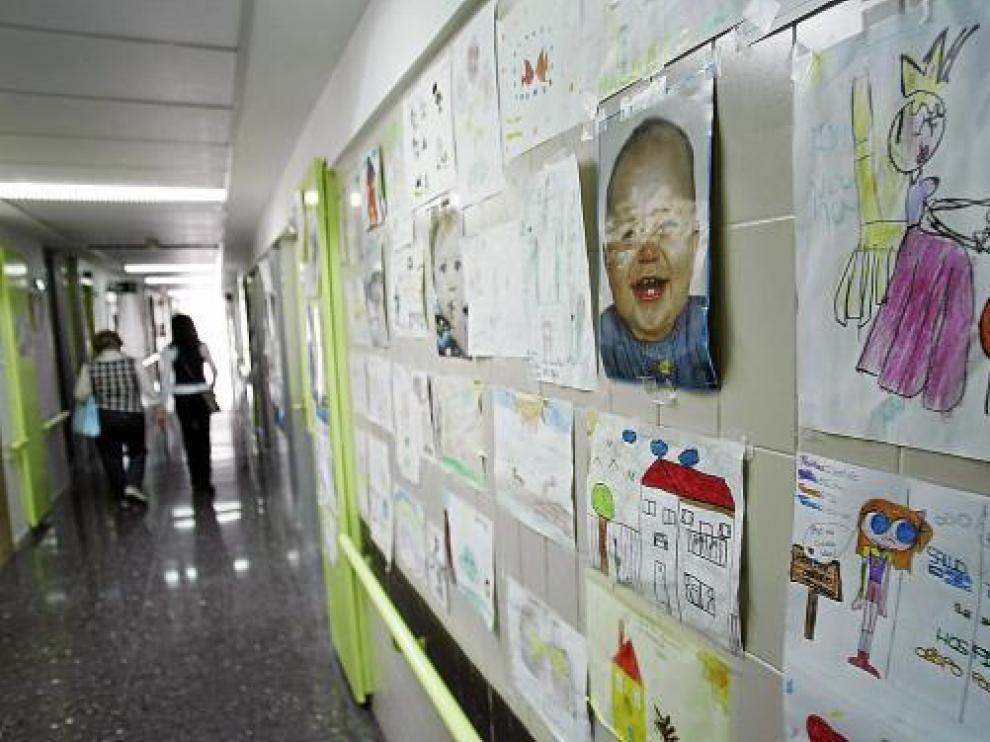 El pasillo del Servicio de Pediatría del Obispo Polanco, con dibujos hechos por los niños.