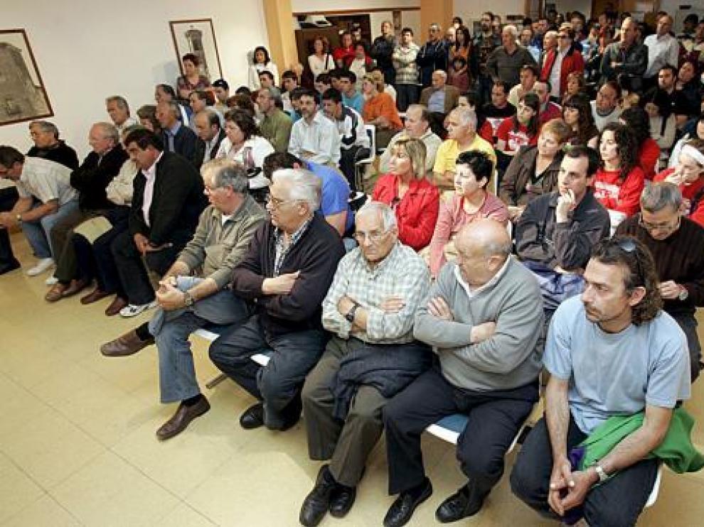 Decenas de vecinos de Pinseque estuvieron presentes en el pleno extraordinario.