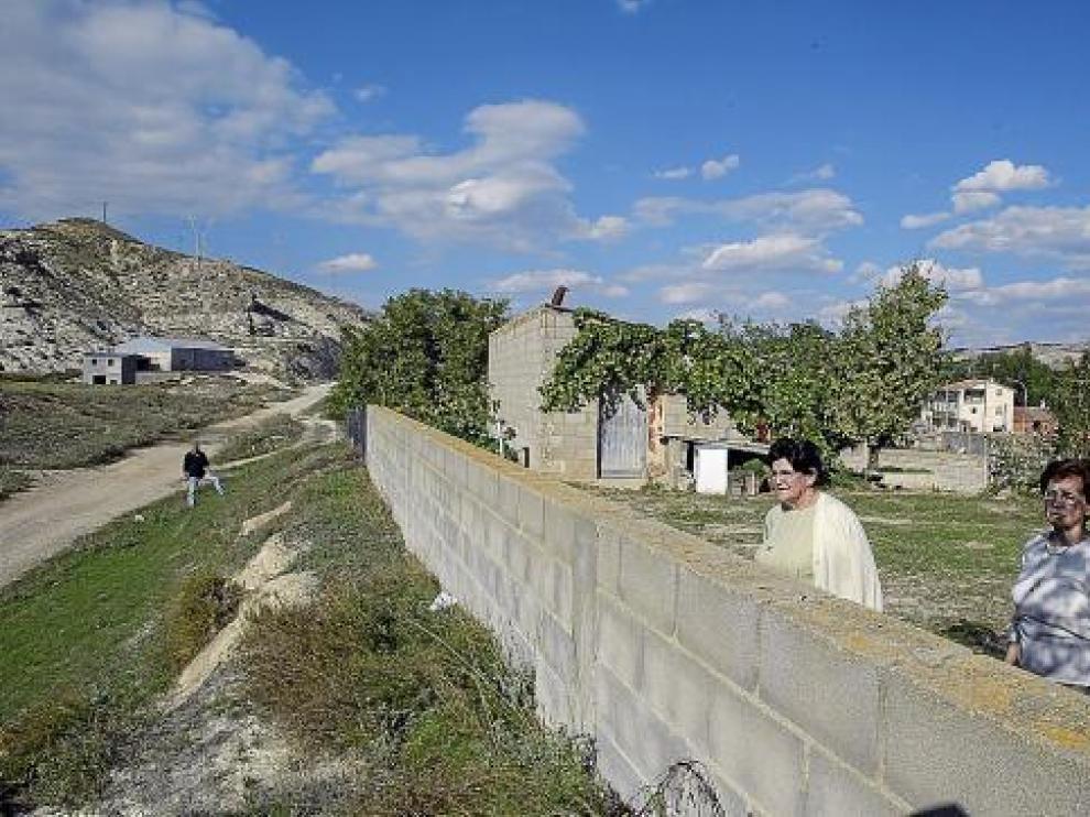 Dos vecinas de Villalba Baja observan el paraje donde está proyectada la variante, junto a su casa.