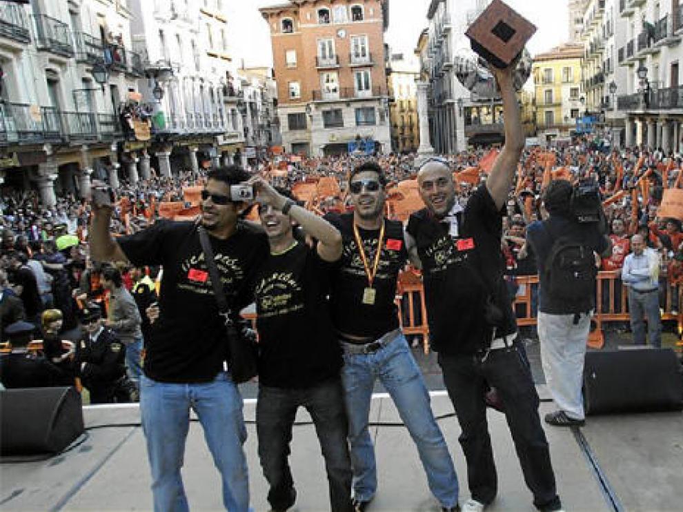 De izquierda a derecha, Torres, Juan José Pérez -fisioterapeuta-, Ariño y Coco exhiben la copa de la Superliga en una plaza del Torico atestada de público.