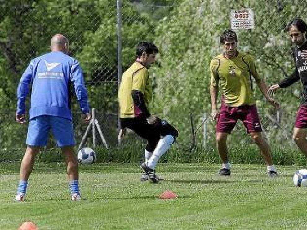 Rodri, con el balón, se entrena junto a Eduardo y Edu Roldán.