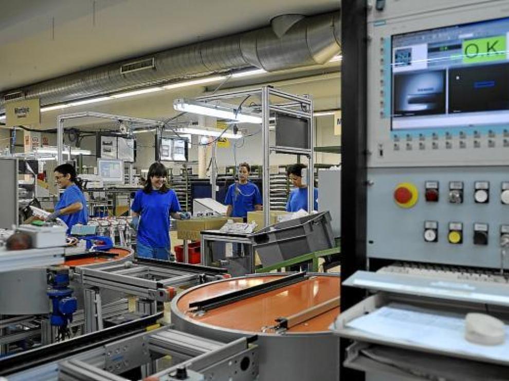 Algunas de las trabajadoras de la planta que Incaelec tiene en el polígono El Portazgo de Zaragoza.