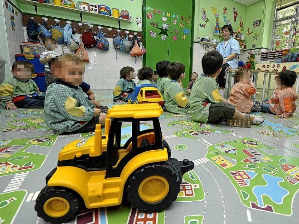 Unos pequeños juegan en la guardería de la Fundación de la Caridad, en la capital aragonesa.