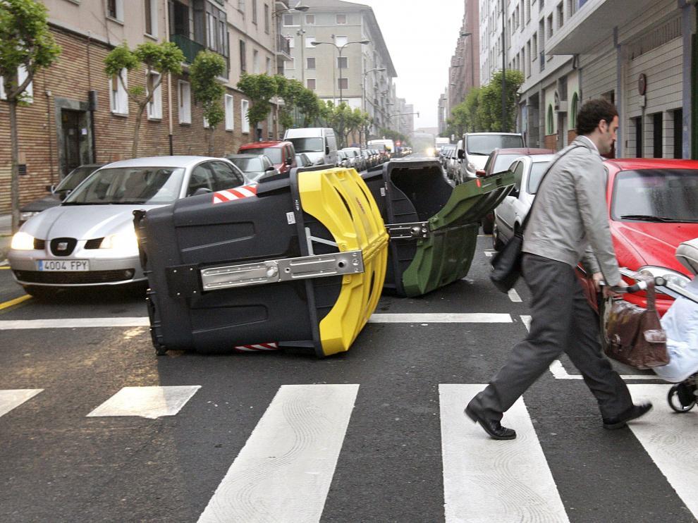 Contenedores volcados como signo de protesta en una calle de Bilbao