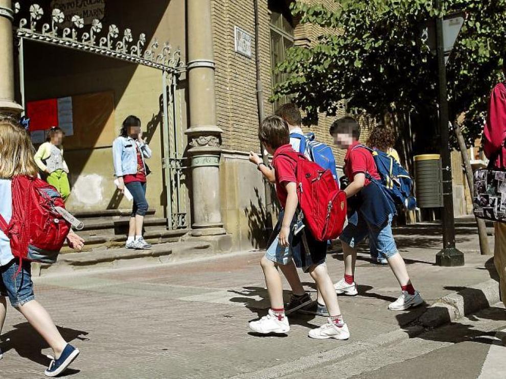 Un grupo de alumnos de Educación Primaria, ayer a la salida del colegio Gascón y Marín de Zaragoza.