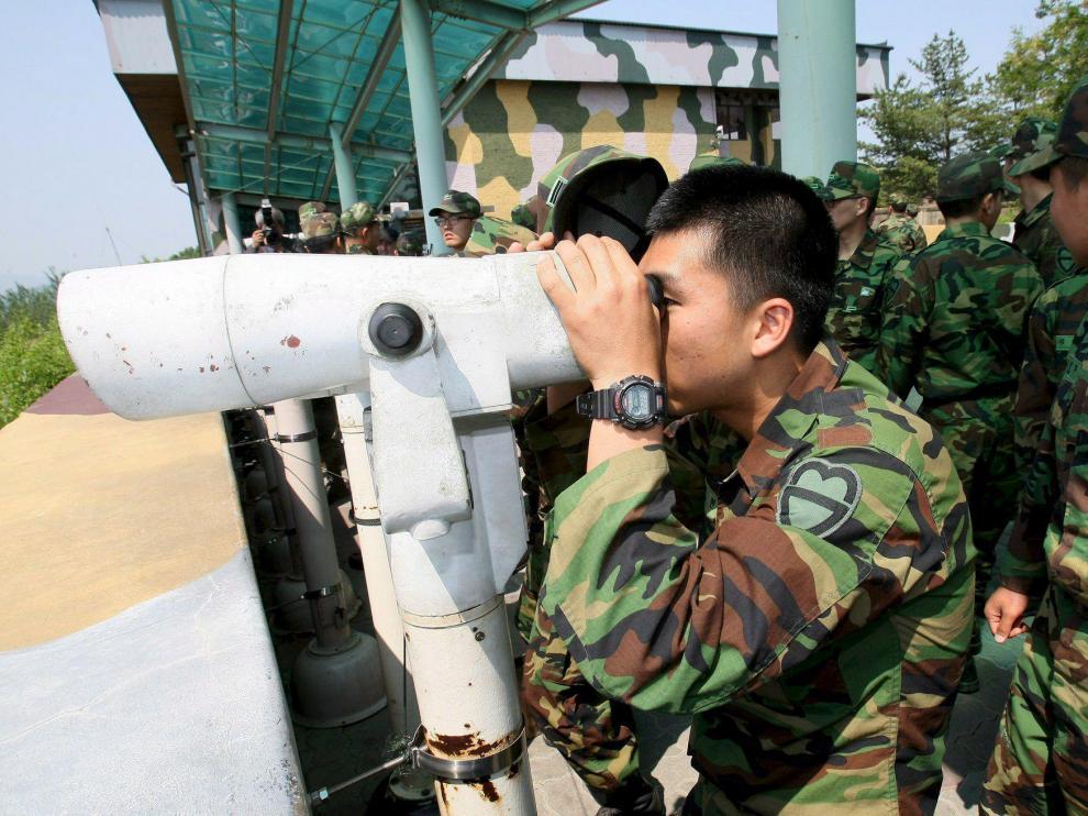 Soldados surcoreanos vigilan la fontera con Corea del Norte