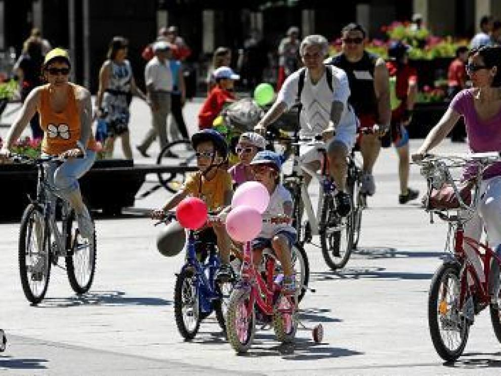 Participantes de la bicicletada salen de la plaza del Pilar.