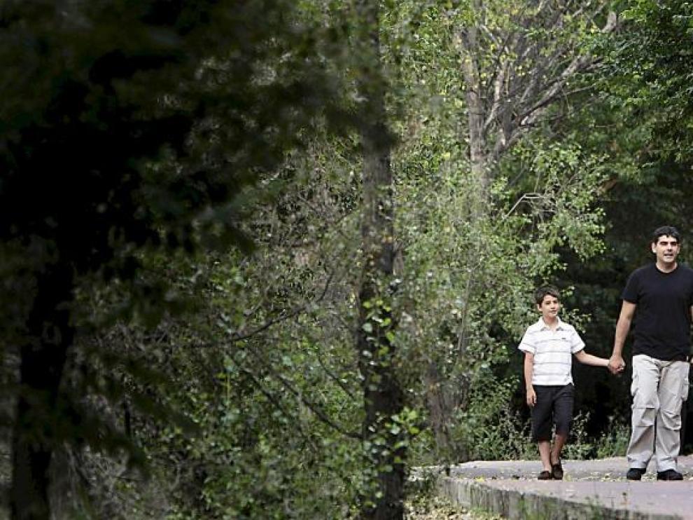 Pepe Matesanz y sus hijos, a los que dedica el cuento que escribió, en una selva distinta a la de su escrito: la de las riberas del Ebro.