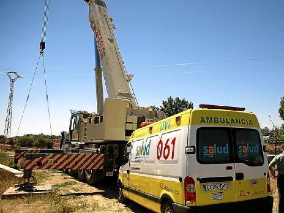El accidente se produjo cuando la grúa rozó el tendido eléctrico (al fondo, una de las torres).