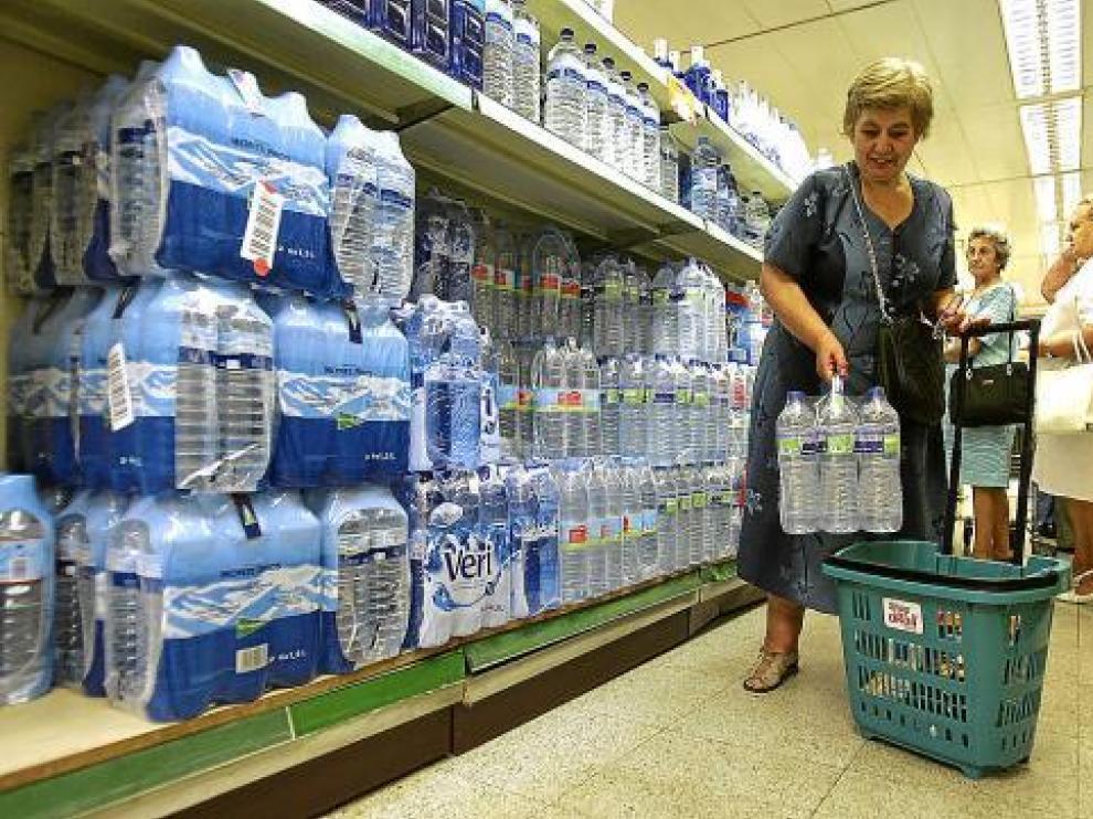 Mari Luz Quintián compra agua en un supermercado.