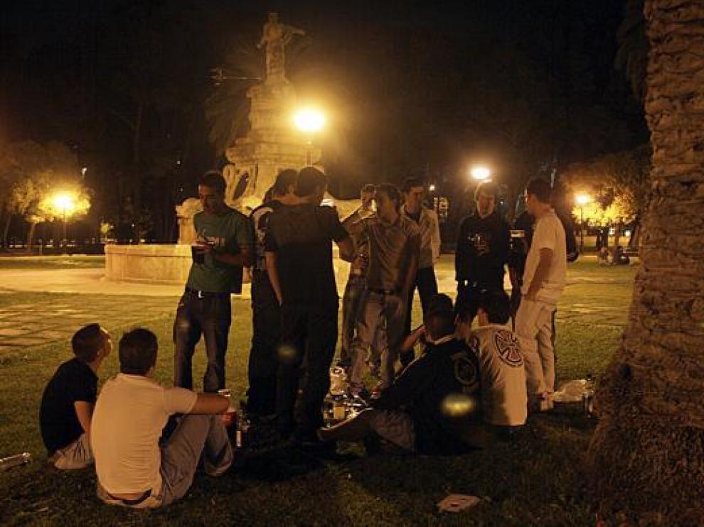 Un grupo de amigos hacen botellón en el parque Grande.