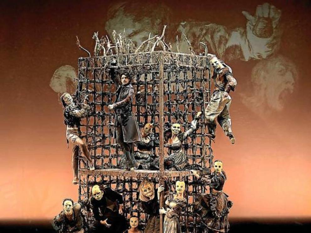 Los bailarines transforman en monstruos para representar una obra inspirada en 'Los Caprichos', de Goya.