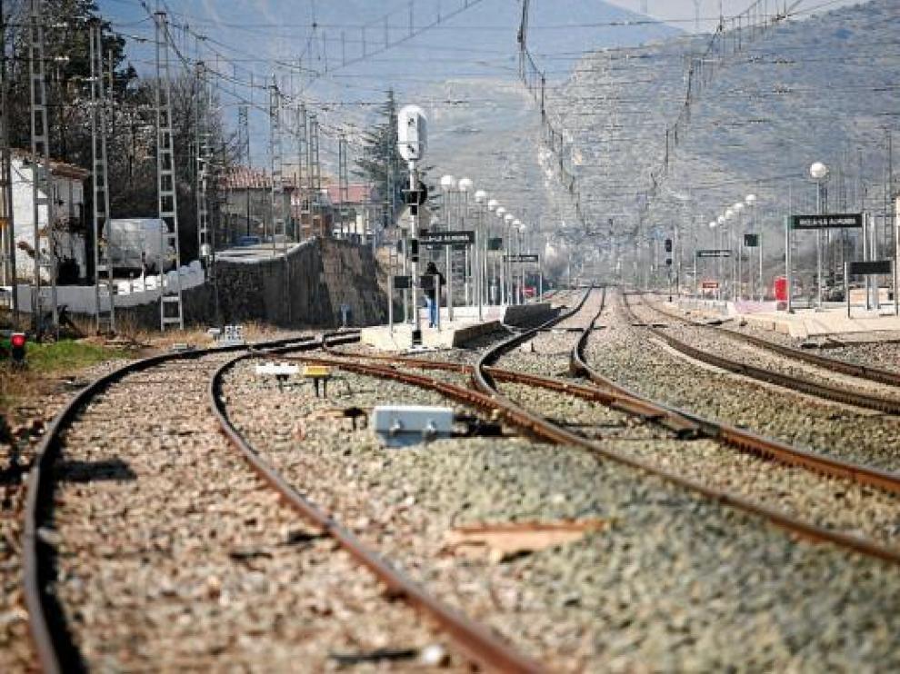 Las vías del tren dividen el casco urbano de Ricla.