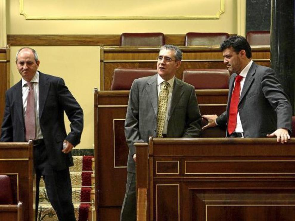 Los diputados autonómicos Carlos Tomás, Chesús Bernal y Javier Allué, en el Congreso.
