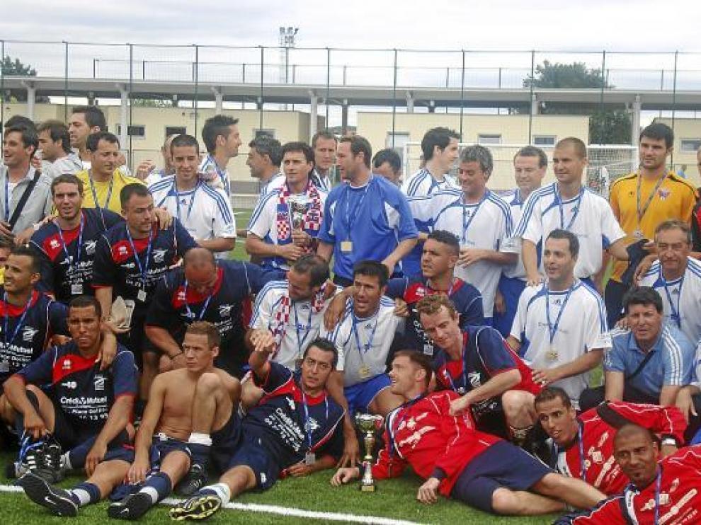 El conjunto aragonés posa con el rival una vez conquistado el título.