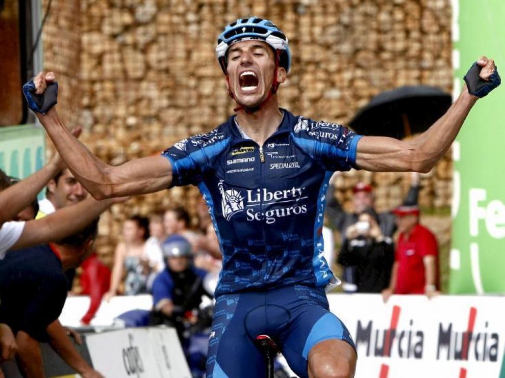 El ciclista del Liberty Seguros Rubén Plaza celebra su triunfo en el Campeonato de España de ciclismo en ruta celebrado en Cantabria.