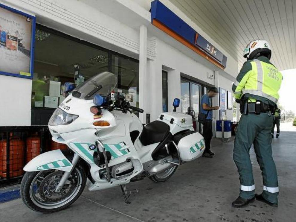 La Guardia Civil saliendo ayer de la gasolinera para 'peinar' carreteras y pueblos cercanos.