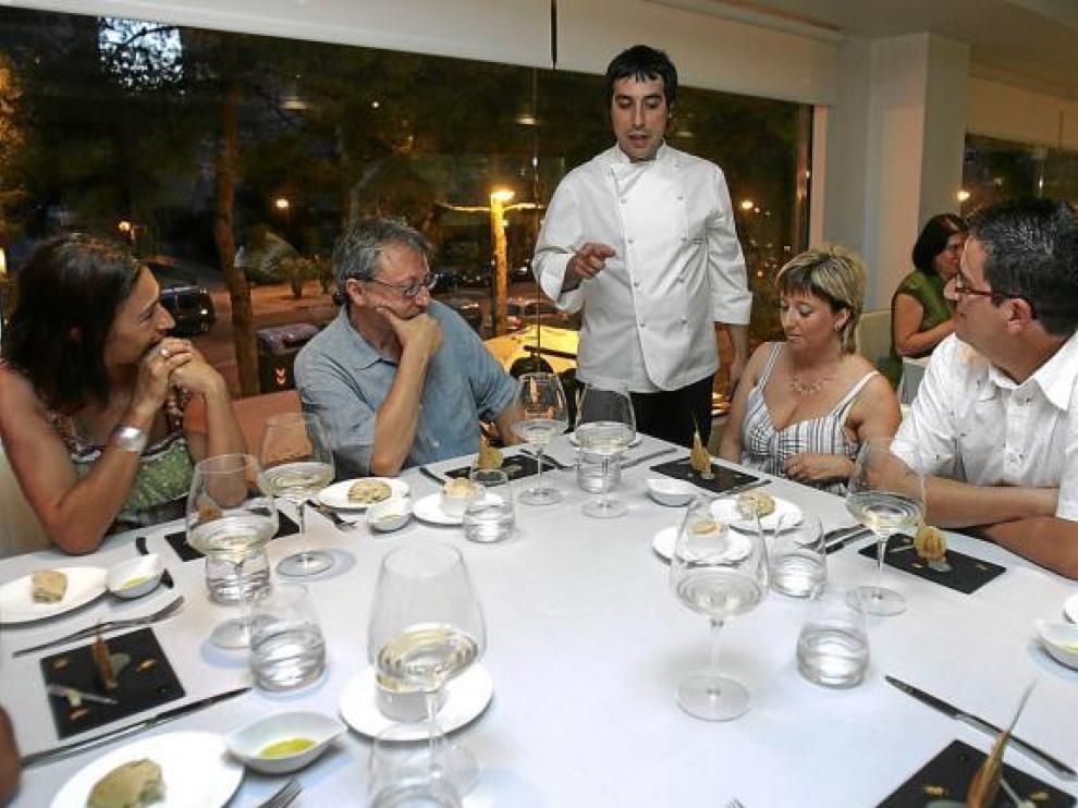 David Boldova, chef del Novodabo, explica a los clientes la 'Terrina casera de foie gras'.