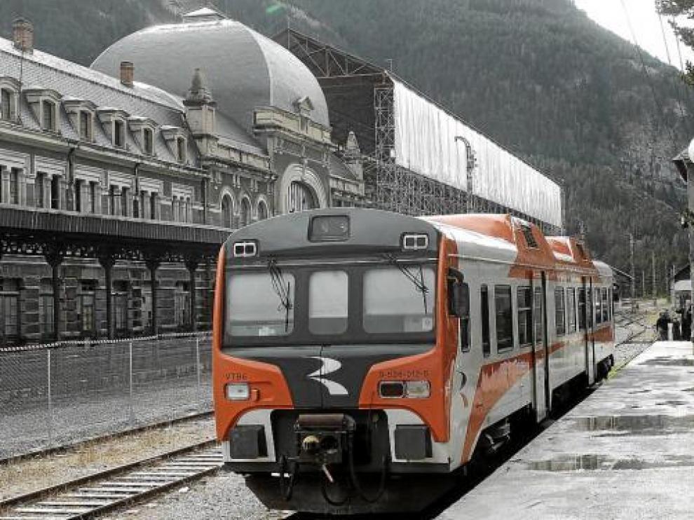 Un tren parado en la estación ferroviaria de Canfranc, en una imagen de archivo.