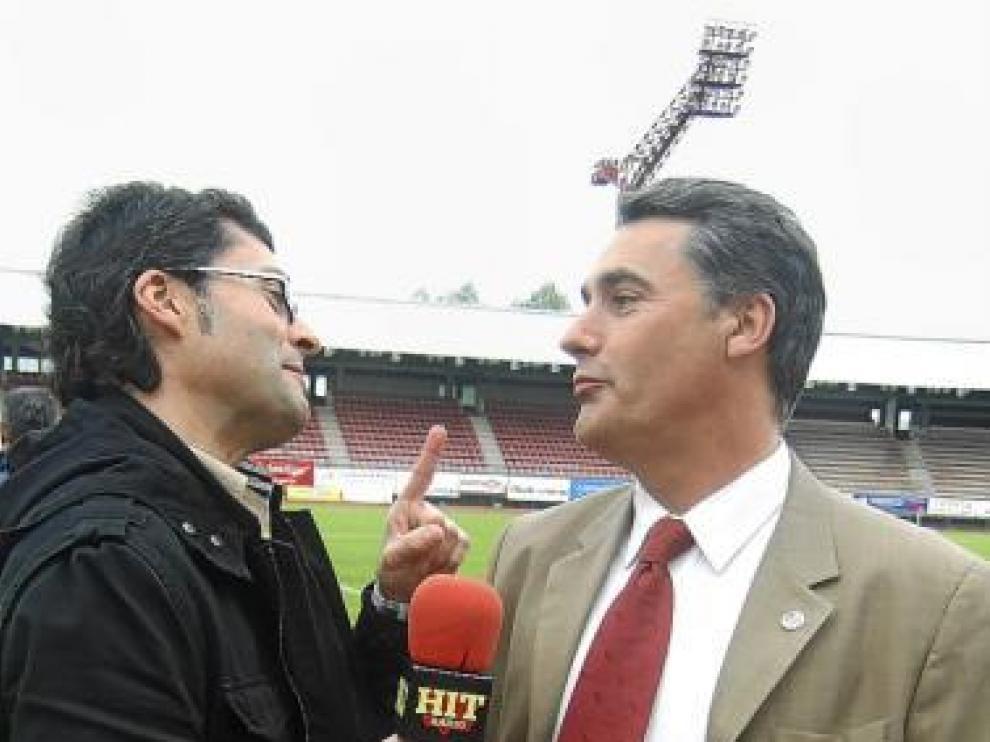Enrique Llena, a la derecha,  atiende a los medios informativos.