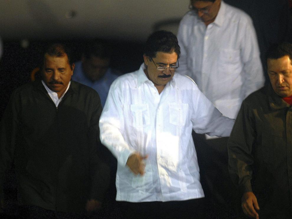 El presidente de Honduras, Manuel Zelaya (c), destituido por el Parlamento