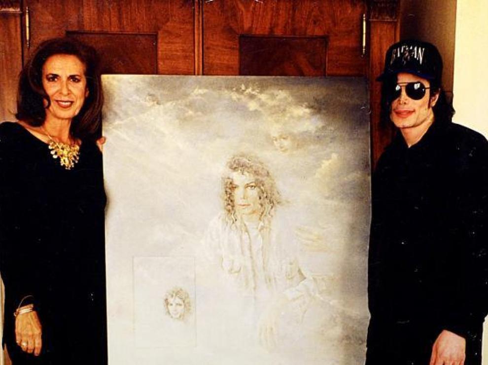 La pintora aragonesa Nati Cañada posa con Michael Jackson el día que le hizo entrega del retrato.