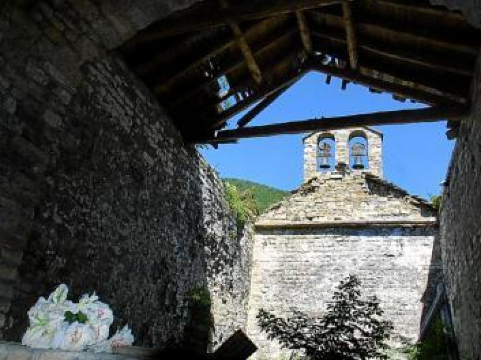 Iglesia de San Vicente Mártir de Aruej. Iglesia románica del siglo XI, cuya techumbre está también derruida. Los muros y el ábside están a punto de caerse.