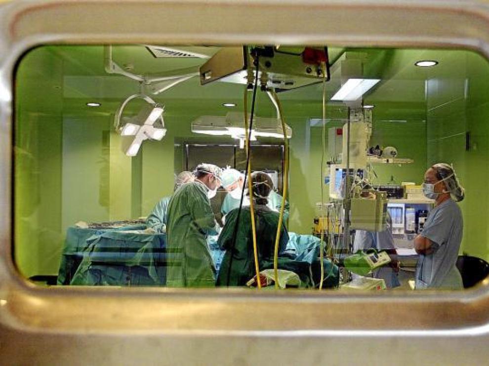 Una operación, dentro de los quirófanos del Hospital Clínico Lozano Blesa.