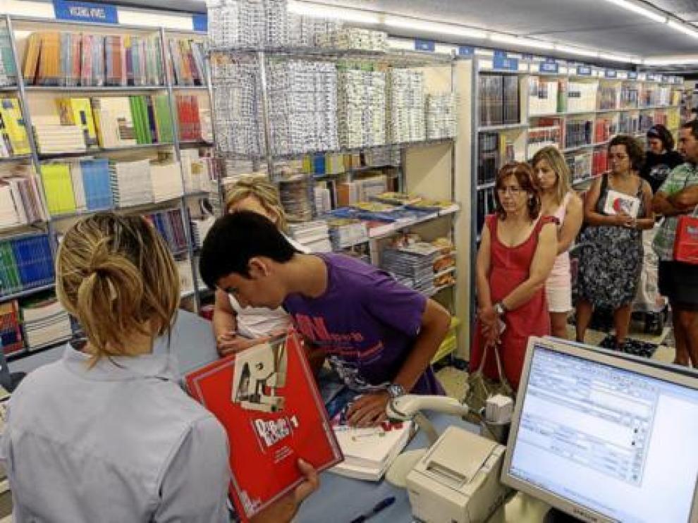Imagen de archivo de las filas en una librería para comprar libros de texto.
