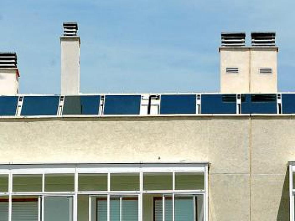 Placas solares en un edificio de viviendas protegidas en Parque Goya.