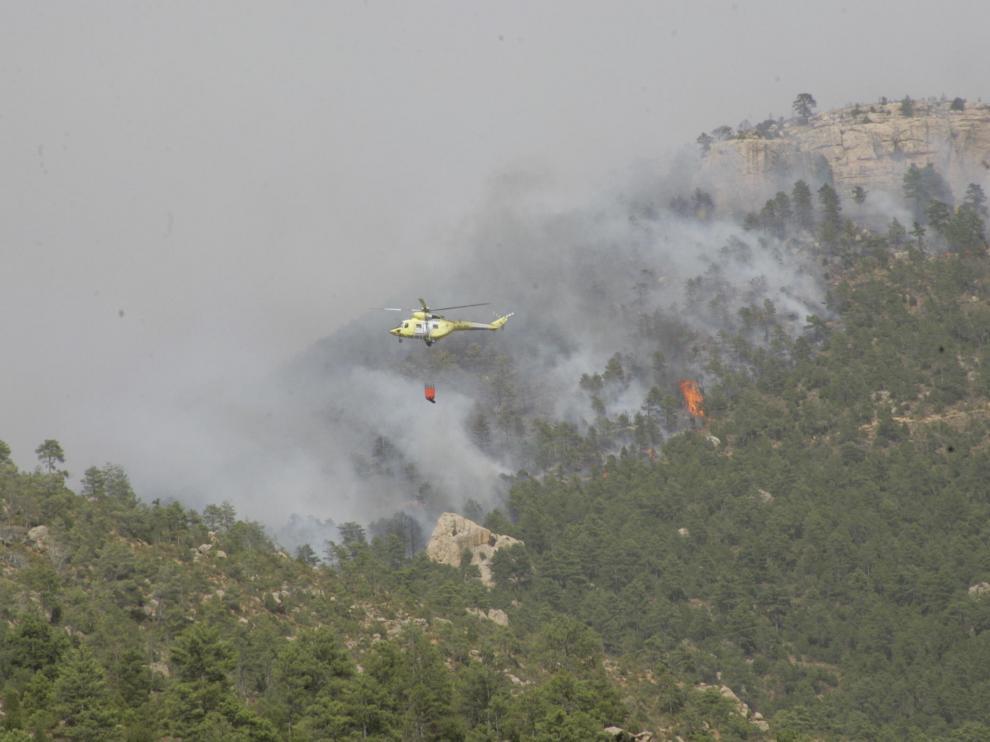 Un helicóptero trabaja en la extinción del incendio de Aliaga