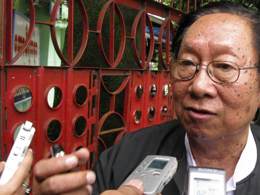 U Nyan Win, abogado y portavoz de la líder opositora, Suu Kyi, atiende a la prensa tras la visita judicial